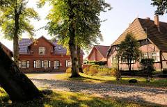 Kopfsteinpflaster und historische Wohnhäuser hinter der Alten Burg in Neustadt Glewe / Amtsfreiheit.