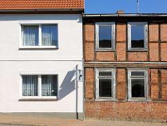 Alt + neu - Wohnhaus mit renovierter Hausfassade, leerstehendes Fachwerkgebäude; Architektur in Lübz, Landkreis Mecklenburg-Vorpommern.