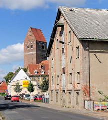 Lagergebäude / Silo an der Mühlenstrasse in Parchim - Kirchturm der St. Marienkirche.