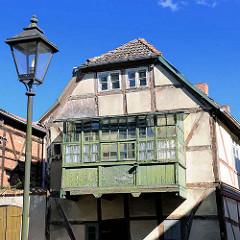 Altes, renovierungsbedürftiges Fachwerkhaus mit Holzerker - Bilder aus Neustadt-Glewe.