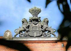 Hamburg Wappen mit Löwen aus Stein auf dem Dach des historischen Eingangsgebäudes vom Eppendorfer Krankenhaus in der Martinistrasse.