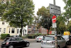 Die Sierichstraße in Hamburg - Winterhude ist einer der wenigen Straßenzüge in Europa, auf denen tageszeitabhängig die Fahrtrichtung gewechselt wird. Die Straße wurde 1863 nach Adolph Sierich (1826–1889) benannt.