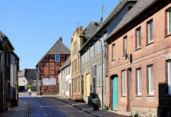 Einstöckige Wohnhäuser unterschiedlicher Baustile - Fotos der Architektur in Lübz, Mecklenburg - Vorpommern.