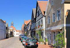 Wohnhäuser in Neustadt-Glewe, Mecklenburg Vorpommern; im Hintergrund der Dachturm vom Rathaus am Marktplatz.