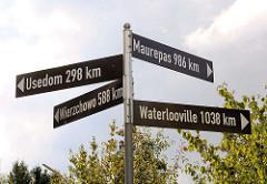 Hinweisschilder der Partnerschaftsstädte von Henstedt-Ulzburg: Wierzchowo, Maurepas, Usedom , Waterlooville; Marktplatz von Henstedt-Rhen.