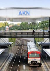 Bahnhof der AKN in Henstedt Ulzburg - einfahrender Zug.