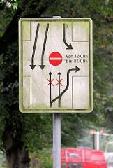 Bebelallee - Hinweisschild für die wechselnde Verkehrsführung zur Sierchstrasse. Die Sierichstraße in Hamburg - Winterhude ist einer der wenigen Straßenzüge in Europa, auf denen tageszeitabhängig die Fahrtrichtung gewechselt wird. Die Straße wurde 18