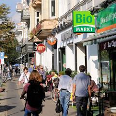 Geschäfte und Passanten in der Eppendorfer Landstrasse im Hamburger Stadtteil Eppendorf - Strassencafé.