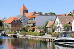 Fachwerkhäuser, moderner Neubau und Pfarrkirche St. Marien in Plau am See; Uferpromenade