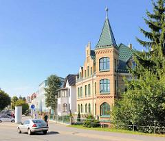 Gründerzeitgebäude mit Erkerturm in Parchim an der Brücke über den Elde-Müritz-Kanal.