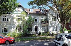 Doppelhaus - Mehrfamilienhaus in Hamburg Alsterdorf, Heimatstil; teilweise mit Fachwerk.