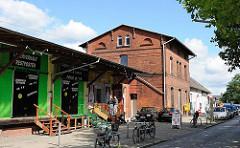 Historischer Bahnhof in HH-Rahlstedt. Gebäude der Güterabfertigung mit Lagerhalle und Rampe zur Abfertigung von Stückgut.