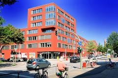 Neubau auf dem ehem. Krankenhausgelände des Allgemeinen Krankenhauses Barmbek - Strassenverkehr auf der Fuhlbüttler Strasse.