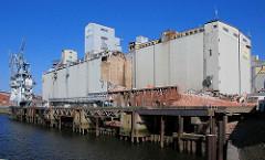 Abriss eines Getreidesilos im Kuhwerder Hafen in Hamburg Steinwerder.