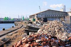 Bausschutt und Abriss der Lagerschuppen am Versmannkai des Baakenhafens.