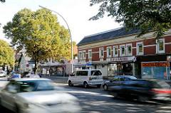 Langenhorner Chaussee - ehem. Geschäfte / Einzelhandel in Hamburg Ochsenzoll - Strassenverkehr, schnell fahrende Autos.
