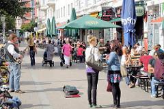 Hamburg im Sommer - Leben im Sternschanzenviertel - Tische auf der Strasse in der Sonne.