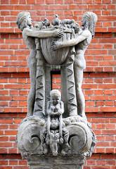 Skulpturen vor dem Eingang der ehem. Verwaltungs- und Finanzschule in Hamburg Eimsbüttel.