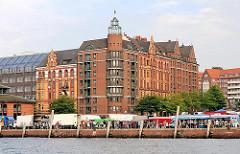 Sonntags Morgens - Altonaer Fischmarkt - Marktstände am Ufer der Elbe - Bilder aus Hamburg - Sehenswürdigkeiten der Hansestadt.