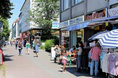Fuhlsbüttler Strasse - Geschäfte und Passanten beim Einkaufen - Bilder aus Hamburg Barmbek Nord.