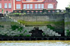 Alte Kaimauer mit Wassertreppe im Hamburger Hansahafen - Steinbalustrade.