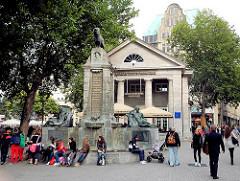 Ehem. Bücherhalle am Mönckebrunnen - Entwurfd Fritz Schumacher; Brunnenskulpturen vom Bildhauer Georg Wrba.
