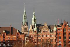 Rathaus der Speicherstadt - Sitz der Verwaltung der HHLA - Hamburger Hafen und Logistik AG - Rathausturm Hamburgs in der Sonne.