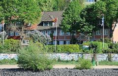 Elbstrand mit Uferbefestigung bei Hamburg Oevelgönne - Lotsenhäuser an der Elbe.
