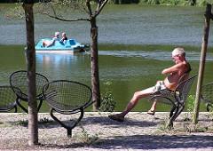 Tretboot fahren - sonnen am Ufer des Harburger Aussenmühlenteichs.