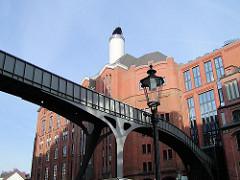 Historischer Backsteinbau, erbaut 1910 - ehem. Malzfabrik Naefeke - jetzt Sitz vom Hamburger Stilwerk. Moderne Fussgängerbrücke über die Grosse Elbstrasse.