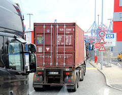 Sattelschlepper mit Containern fahren auf das HHLA Terminal Gelände Altenwerder. Fotos aus dem Hamburger Hafen.