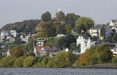 Süllberg mit Häusern des ehem. Fischerdorfs Hamburg Blankenese an der Elbe / Elbufer.