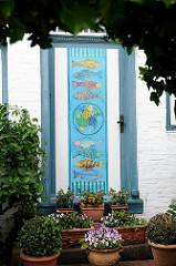 Mit Fischen dekorierte Eingangstür eines Hauses im Blankeneser Treppenviertel.