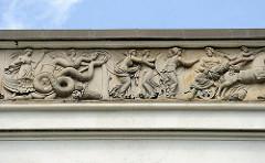 Fries mit figürlichen Darstellungen aus der griechisch-römischen Mythologie am Dach des Katharinenhofs - Fotos aus Hamburg Blankenese.