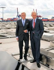 HHLA-Vorstandsvorsitzende Klaus-Dieter Peters und HAMBURG-ENERGIE-Geschäftsführer Dr. Michael Beckereit bei der Inbetriebnahme eine der größten Solaranlagen Hamburgs auf dem 29 000 m² großen Dach des HHLA Logistikzentrums in Hamburg Altenwerder.
