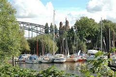 Sportboothafen bei den Harburger Elbbrücken an der Süderelbe - Segelboote und Motorboote.
