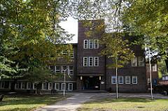 Hamburgs Schulen - mehrstöckiges  Backsteingebäude Schule am Wald Hamburg Wohldorf Ohlstedt.