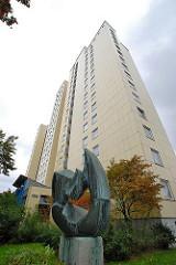 Hochhaus Osdorfer Born - Bronzeskulptur.