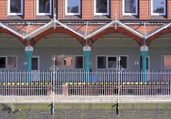 Zollgebäude Teerhof am Zollkanal in der Hamburger Speicherstadt - am Kanalufer der historische Zollzaun, der den Hamburger Freihafen umschloss.