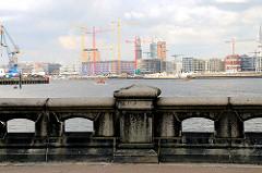 Blick vom Hansahöft über die Norderelbe zur Baustelle der Elbphilharmonie und Architektur am Grasbrookhafen in der Hafencity Hamburg (2008)