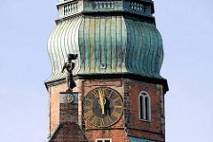 Kuppel der Hamburger Hauptkirche St. Katharinenkirche - Kupferhelm des Kirchturms - Uhr fünf vor zwölf - Turmuhr; Skulptur auf dem Kirchendach - Heilige Katharina; Bildhauer Hanns Kock.