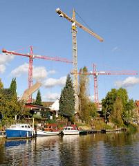 Kanal in Hamburg Hamm - Sportboote / Motorboote am Kanalufer - Baukräne, Baustelle am Mittelkanal.