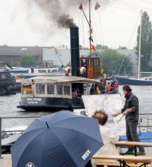 Nieselwetter beim Harburger Hafenfest - der historische Schlepper Woltmann auf einer Rundfahrt durch den Harburger Binnenhafen.