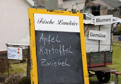 Angebot von Frischen Landeiern, Äpfel, Kartoffel Zwiebel - Blumen und Gemüse. Gemüseanbaugebiet Hamburg Moorfleet.