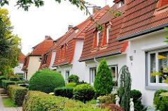 Wohnhäuser mit kleinen Vorgärten und Hecken - Ziegeldach mit roten Ziegeln - Bilder aus Hamburg Wandsbek, Gartenstadt.