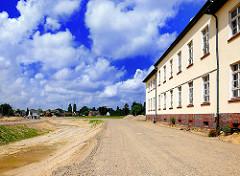 Vorderfront des Hauptgebäudes der ehm.Lettow Vorbekkaserne - ausgehobener Graben für den Wasserlauf auf dem Areal der Jenfelder Au.
