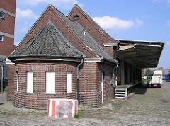 Alte Zollanlage am Lohseplatz - Überdachte Laderampe, Strasse mit Kopfsteinpflaster (2004)