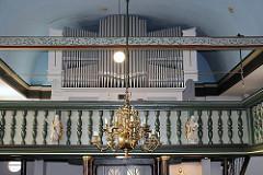 Orgel und Empore der Moorburger Kirche Maria Magdalena.
