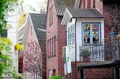 Hausfassaden in einer kleine Gasse von Hamburg Finkenwerder.