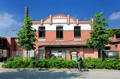Historische Industriearchitektur in Hamburg Ottensen - Ziegelgebäude; Fahrradfahrer.